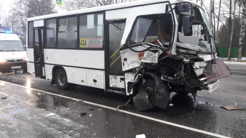 НаВыборгском шоссе вДТП сучастием маршрутки пострадала женщина